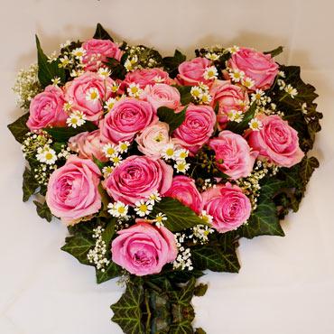 Blumengesteck, Trauergebinde mit Rosen in Herzform