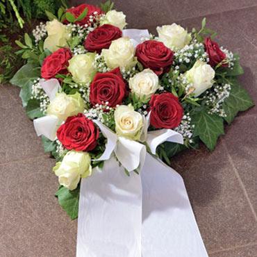 Gesteck in Herzform, Blumen für die Beerdigung