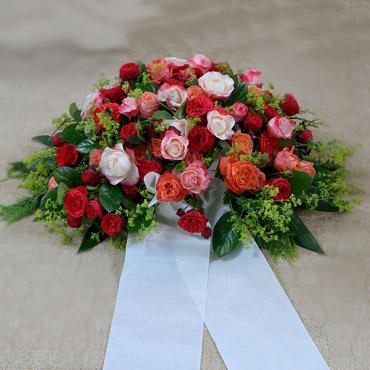 opulentes trauergebinde mit edlen rosen in verschiedenen. Black Bedroom Furniture Sets. Home Design Ideas