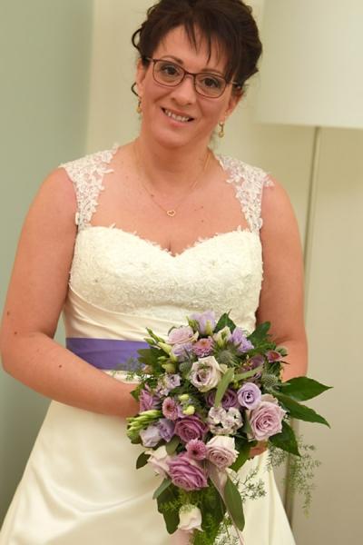 Glückliche Braut mit Blumen vom Meisterflorist in Kiel