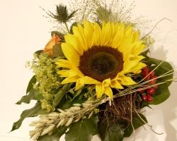 Sonnenblume mit Rose, Frauenmantel und Edeldistel