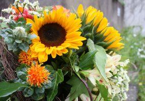 Sommerstrauß mit Sonnenblumen