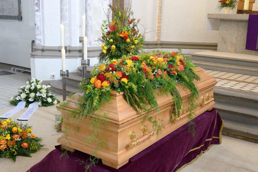 Blumenschmuck für Sarg und Trauergesteck
