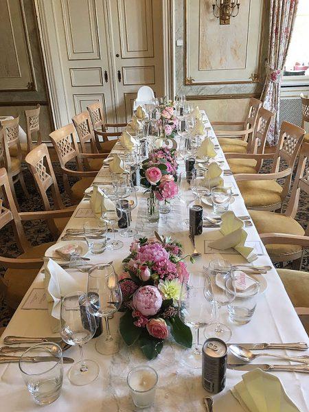 Tischdekoration mit rosa Blumen