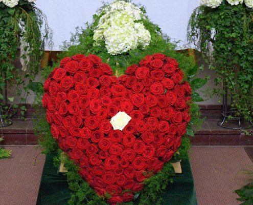 ein Symbol der Liebe: großes Herz aus roten Rosen