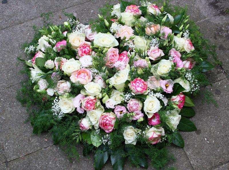 Blumen als Herz gesteckt