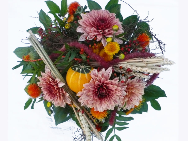 herbstlicher Blumenstrauß mit Kürbis