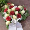 Herzgesteck mit weißen und roten Rosen