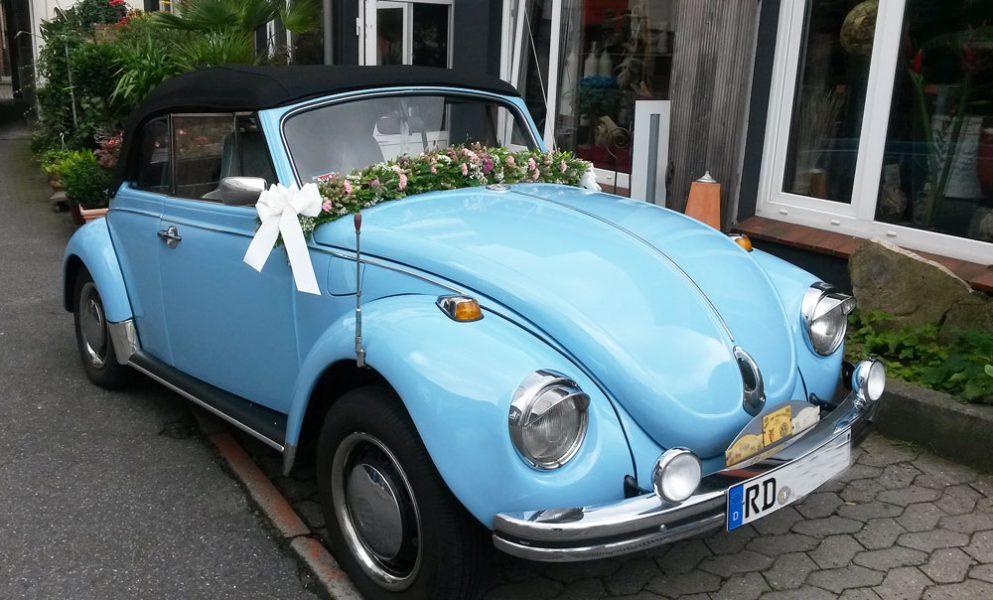 Hochzeitsauto mit Blumen, VW Käfer Cabrio