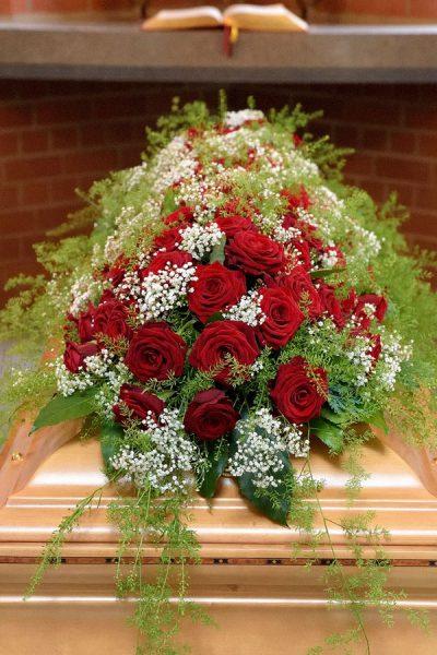 Rote Rosen und Schleierkraut, Blumenschmuck für Sarg