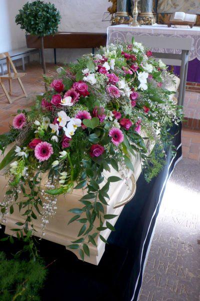 Blumenschmuck für Sarg mit Orchidee, Gerbera, Rose