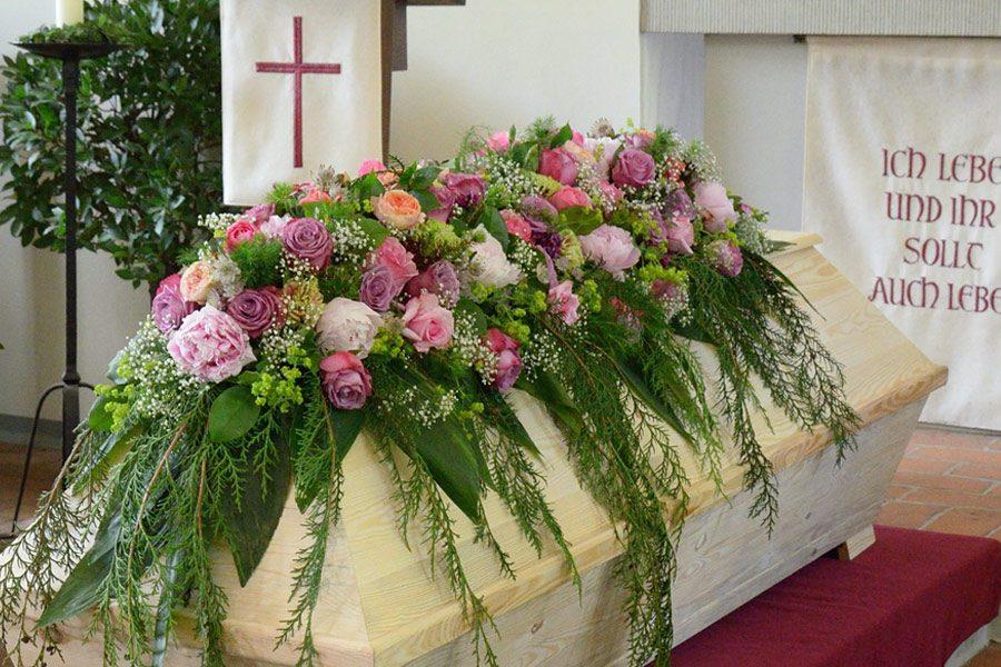 Trauerfloristik: Blumen für Sarg