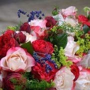 Trauerblume Rosen mit Lavendel