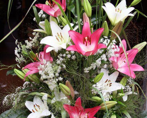 Blumen, Trauergesteck für Kapelle, mit Lilien