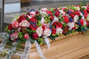 Trauerfloristik: floraler Sargeschmuck mit Rosen