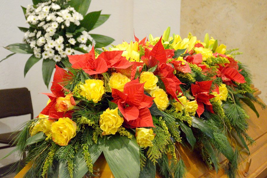 Blumen für Sarg, gelbe Rosen und Weihnachtsstern