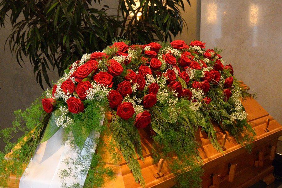rote Rosen, Scheierkraut als Trauerschmuck für Sarg