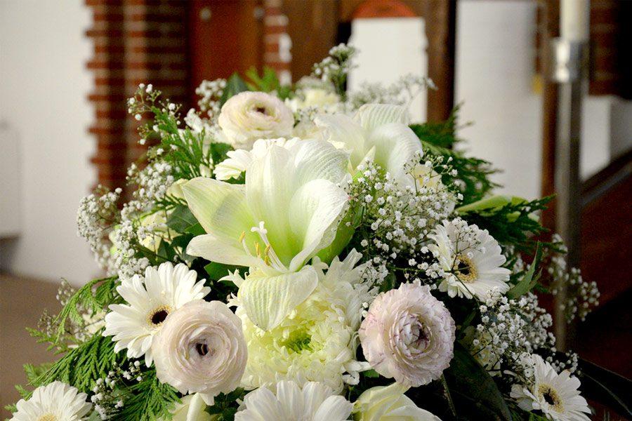 Blumengesteck für Beerdiung: weiße Gerbera, weiße Lilie