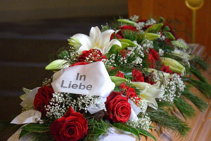 Blumendekoration für Sarg