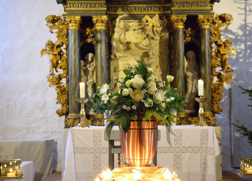 Blumenschmuck für Urne