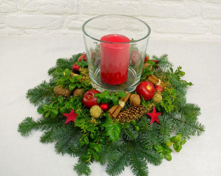 Adventsgesteck mit Windlicht und roter Kerze