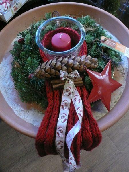 Adventsgesteck mit Windlicht und dickem Wollband