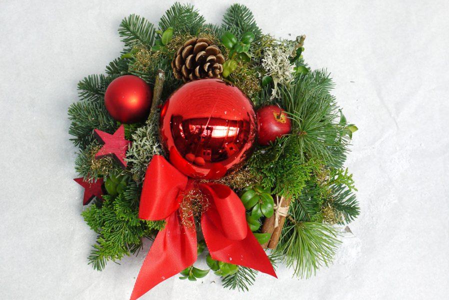 Klassik Grün mit Rot: Adventsgesteck aus verschiedenen Edeltannen, mit roten Accessoires