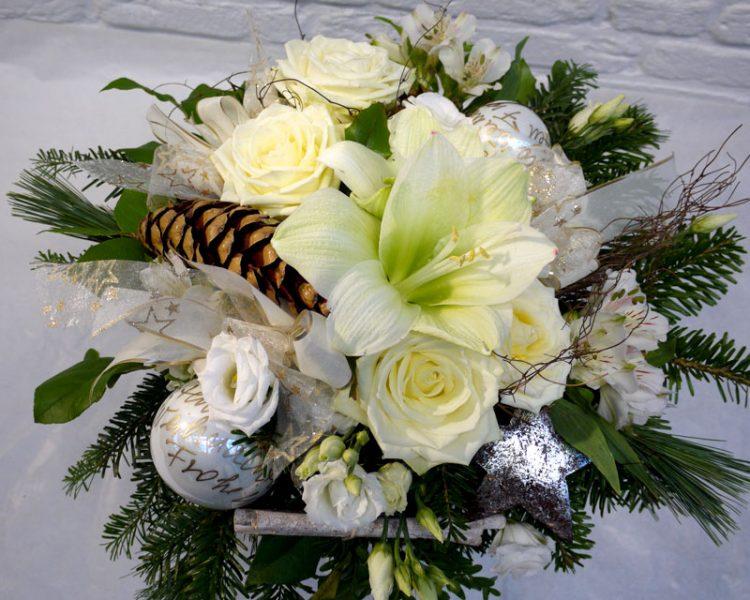 """Festliche Weihnacht: Weiße Amaryllis mit Rosen Alstromerien, Lysianthus, Feinglaskugeln """"handmade"""" in weiß- Gold"""