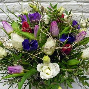 Blumenstrauss im Frühling mit Tulpen, Anemonen, Lysianthus