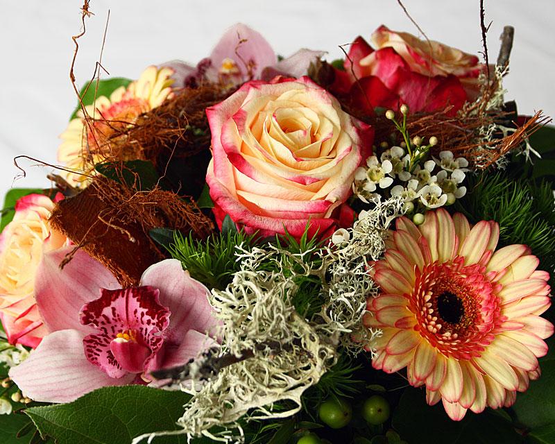 verspielter Strauß mit Currykraut, Rose, Gerbera und Orchidee
