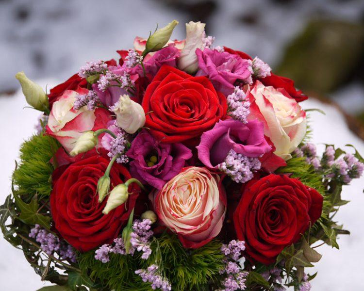 rot-rosa Brautstrauss mit Rosen
