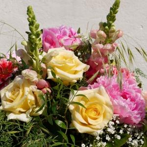 Blumenstrauss Löwenmaul und Peonien, mit Rosen kombiniert