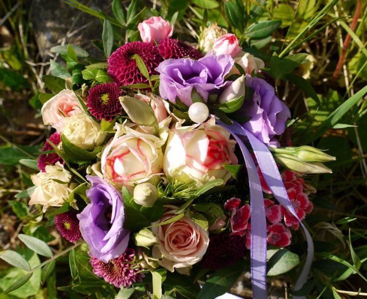 Brautstrauss mit Dahlien und fliederfarbenem Band