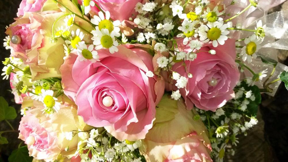 zauberhafter Brautstrauss mit Perlen in rosa Rosenblüten, Akzente von Schleierkraut und Kamille