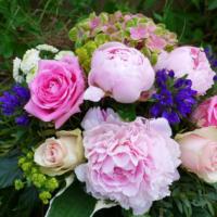 Blumenstrauss mit Bauernrosen, Pfingstrosen, Hortensie