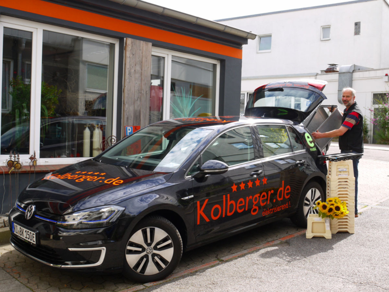 Lieferung Blumenstrauss im Elektroauto, der schwarze Egolf aus dem Kieler BlumenStudio