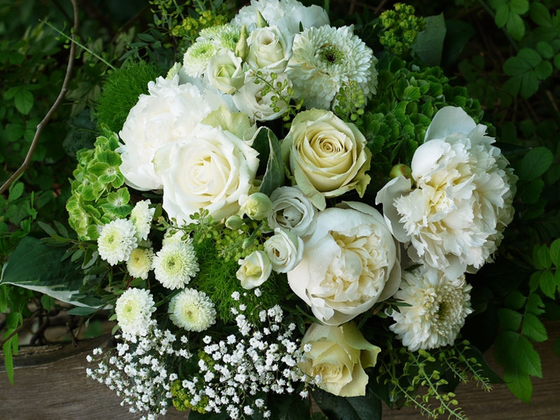 Strauss mitweißen Peonien und Rosen zum Bestellen