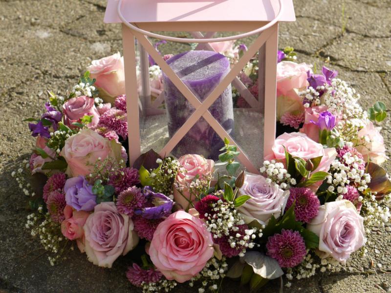 Tischdekoration: Windlicht Blumenkranz aus Rosen und Dahlien in Rosa und zart Lila