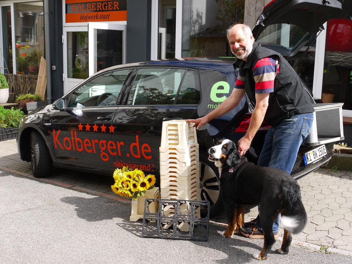 Transport von Blumen in Kiel mit dem umweltfreundlichen Egolf, Sven Kolberger bereitet die Blumenlieferung, mit dabei Hündin Sophia