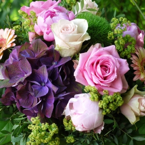 rosa violett Blumenstrauss mit Hortensie, Rosen, Gerbera, Bauernrosen