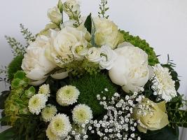 weißer Blumenstrauß mit Peonien, Rosen, Mini-Gerbera, Rosen