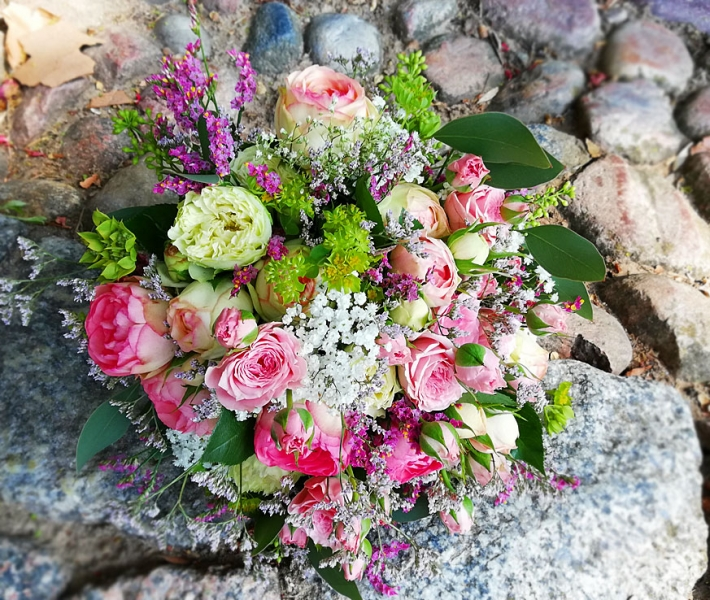 Brautstrauss in Weiß, Pastell und Rosa, mit kleinen Röschen