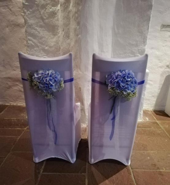 für das Brautpaar: Blumendekoration der Stühle in Himmelblau