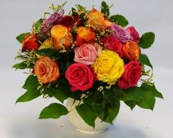 Blumenstrauß bunt mit Rosen, rund gebunden