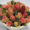 zarte Rosen in weißer Keramikschale