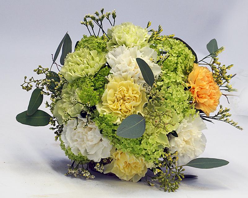 runder Brautstrauß aus Nelken in den zartn Farben Apricot, Hellgrün und Weiß