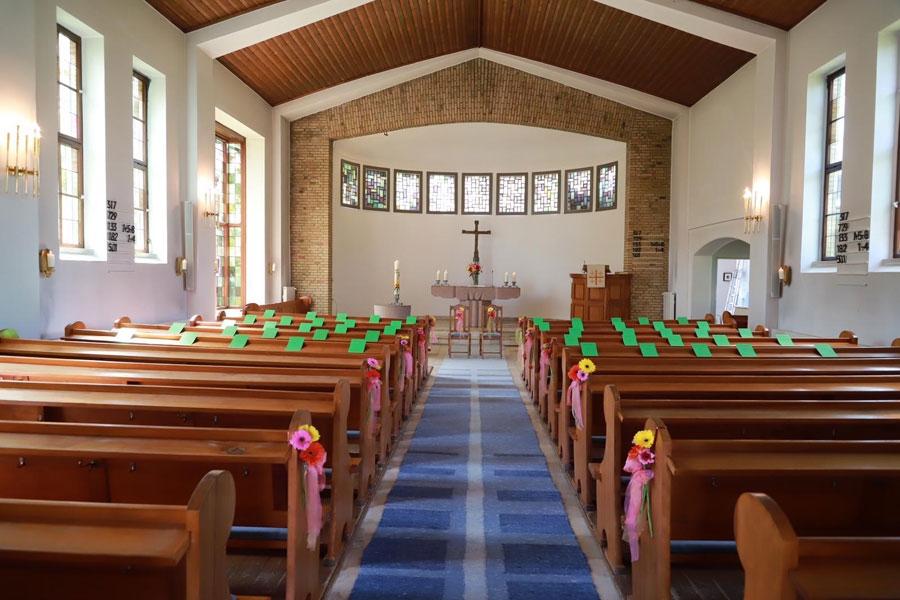 Gerbera für die Kirchenbank: Blumendekoration für die Kirche zur Hochzeit