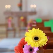 Hochzeit in Kiel: Kirchenschmuck mit Gerbera als kleiner Blumenstrauß für die Kirchenbank