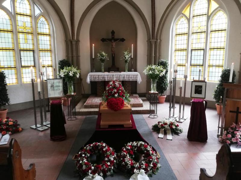 Blumen für die Trauerfeier in der Kapelle