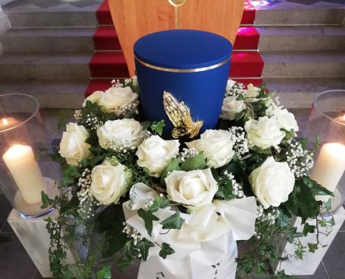 Trauerkranz für Urne mit weißen Rosen